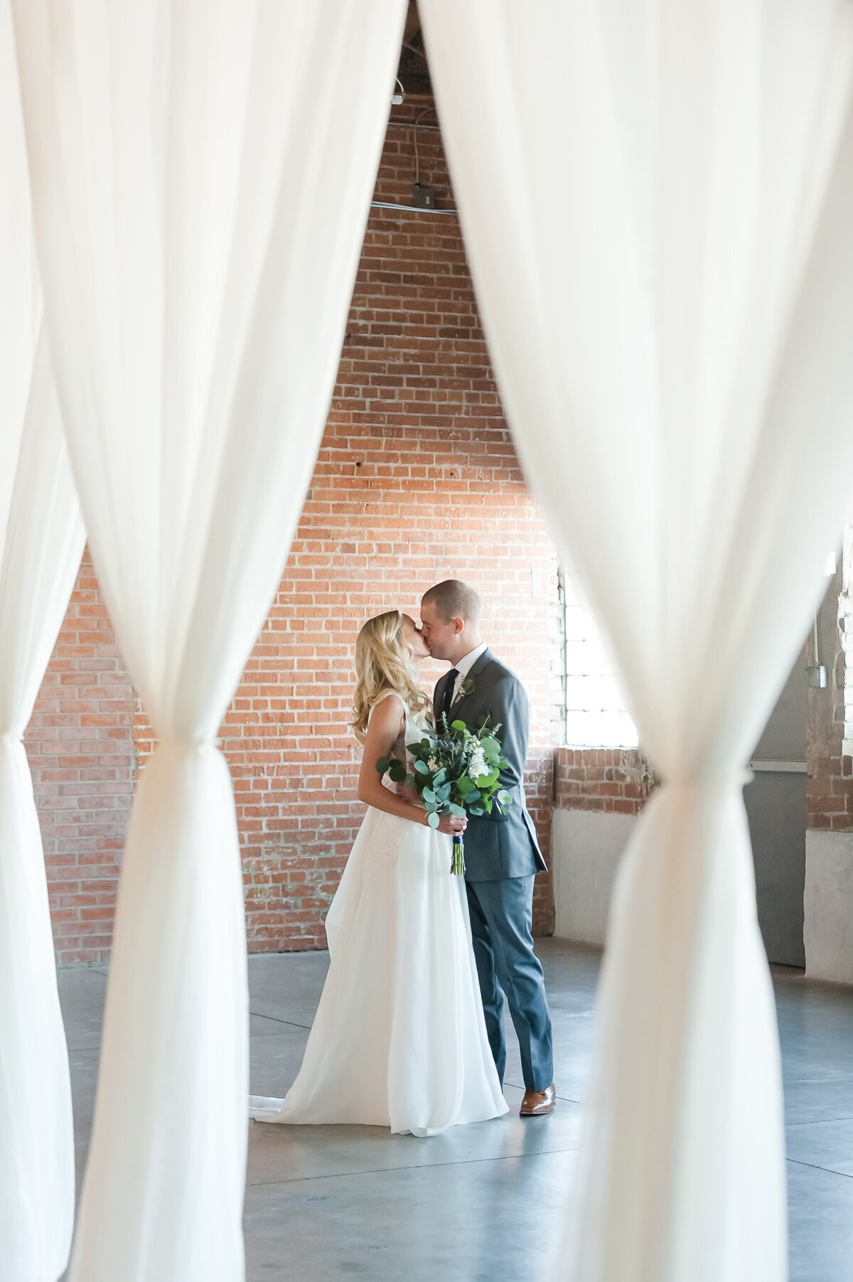 Warehouse-215-wedding-by-Leslie-Ann-Photography-00041