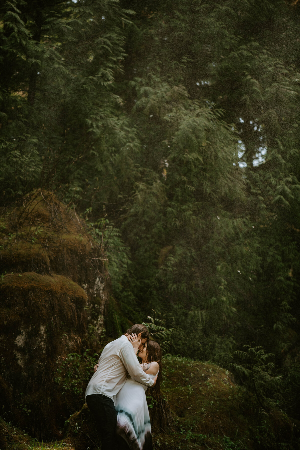 sahalie-falls-summer-oregon-photoshoot-adventure-photographer-bend-couple-forest-outfits-elopement-wedding8501
