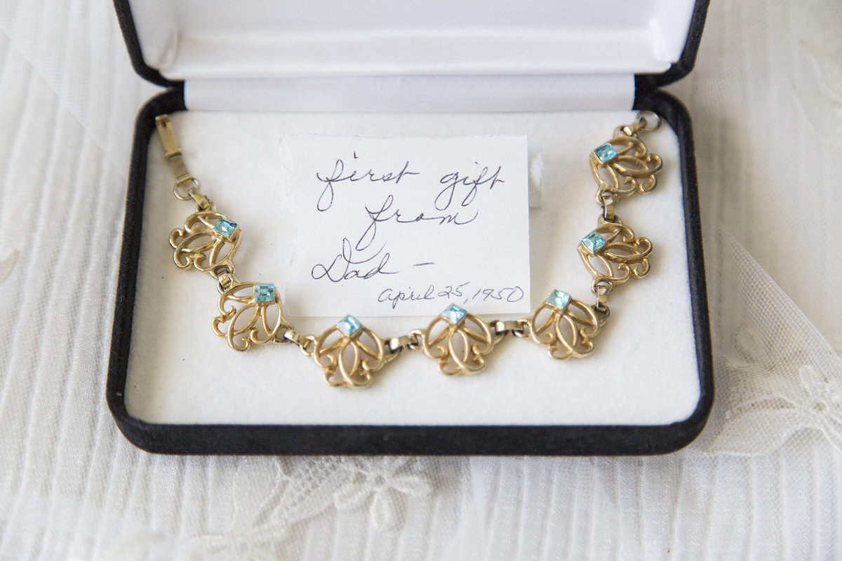 Katie&AdamWedding some thing borrowed something old something blue wedding gift from parents antique jewelry special wedding note to bride willow marie photography