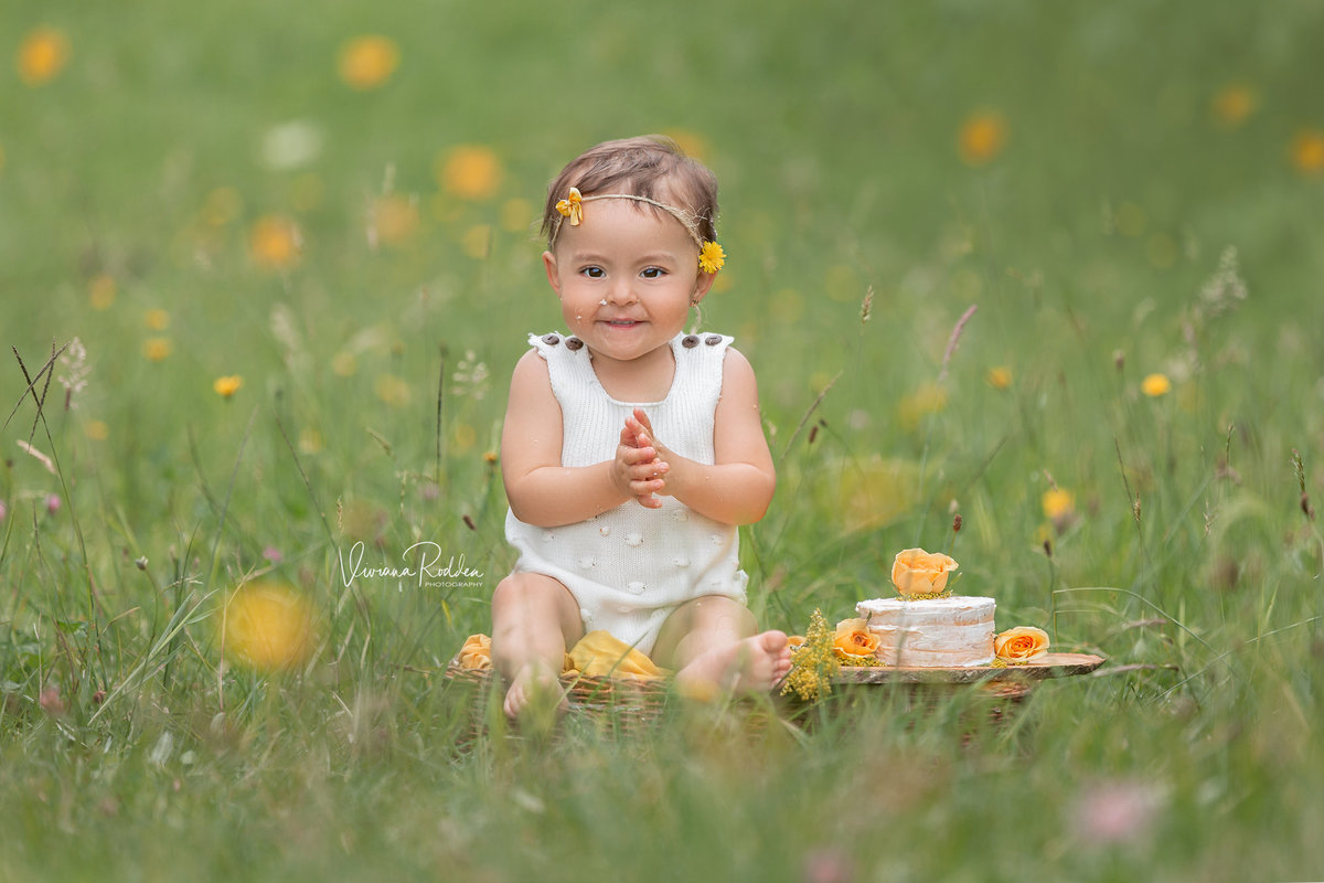viviana-rodden-photography-child-field-smile-cake
