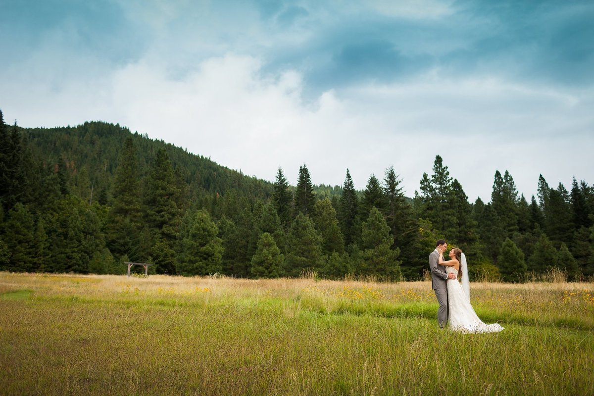 Snohomish wedding photographer capturing couple kissing in the pacific northwest