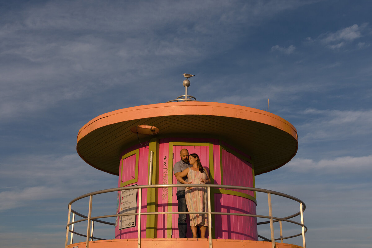 South-Beach-maternity-session-lifeguard-tower