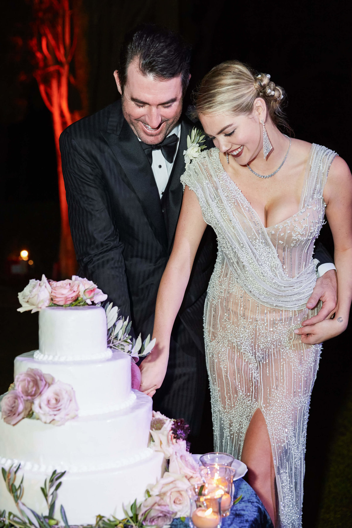 39-KTMerry-weddings-Kate-Upton-cake-cutting