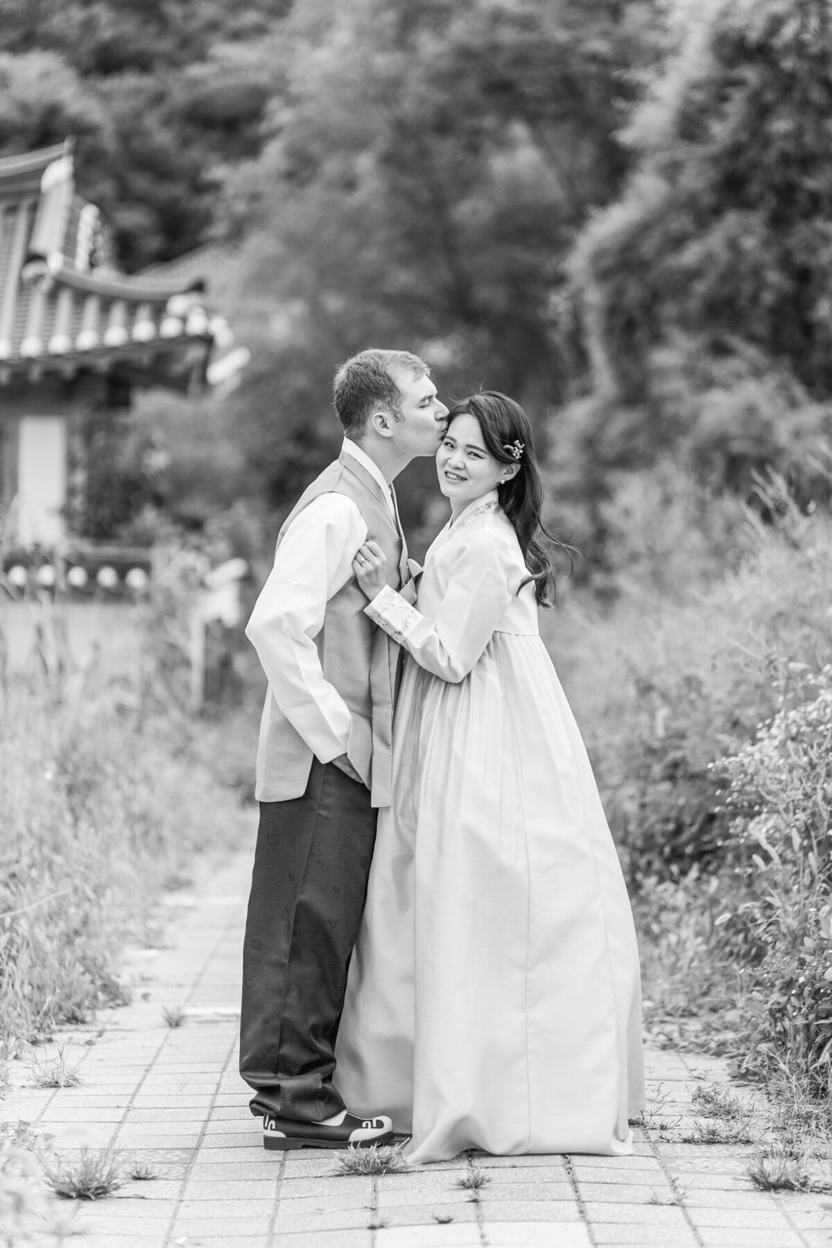 Seoul-South-Korea-Bridal-Engagement-Shoot-Eunpyeong-Village-Hanok-0015