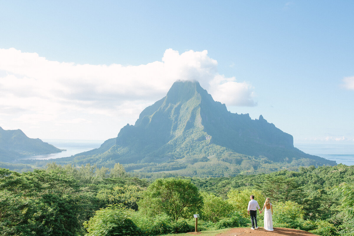 Bride and Groom in Moorea, view on the couple , the mountain and the lagoon
