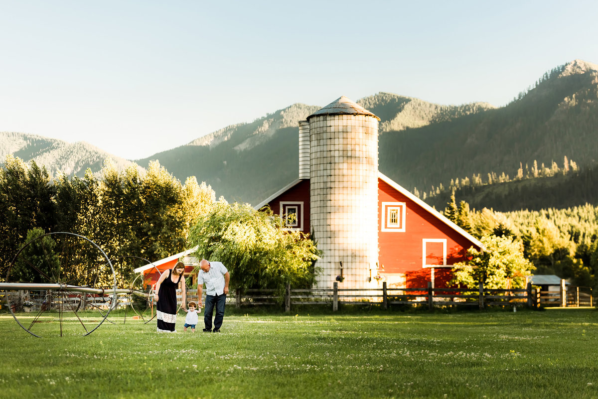 Photos of a family with a barn in the background in Cle Elum Washington