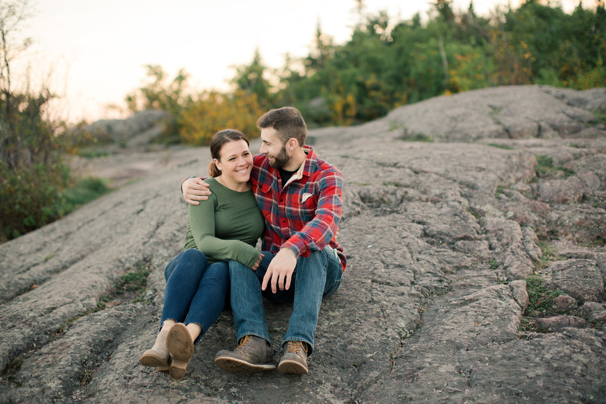 couple sits on granite bluff on palisade head