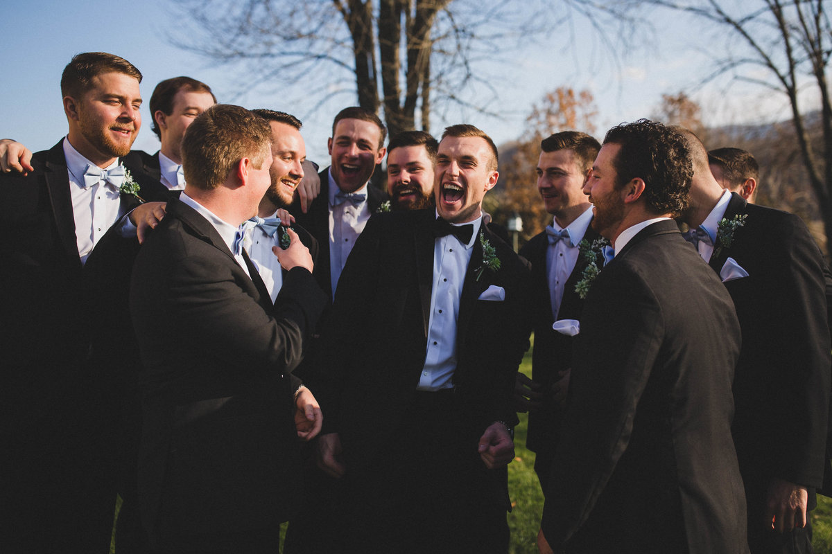 groomsmen-laugh-winter-wedding