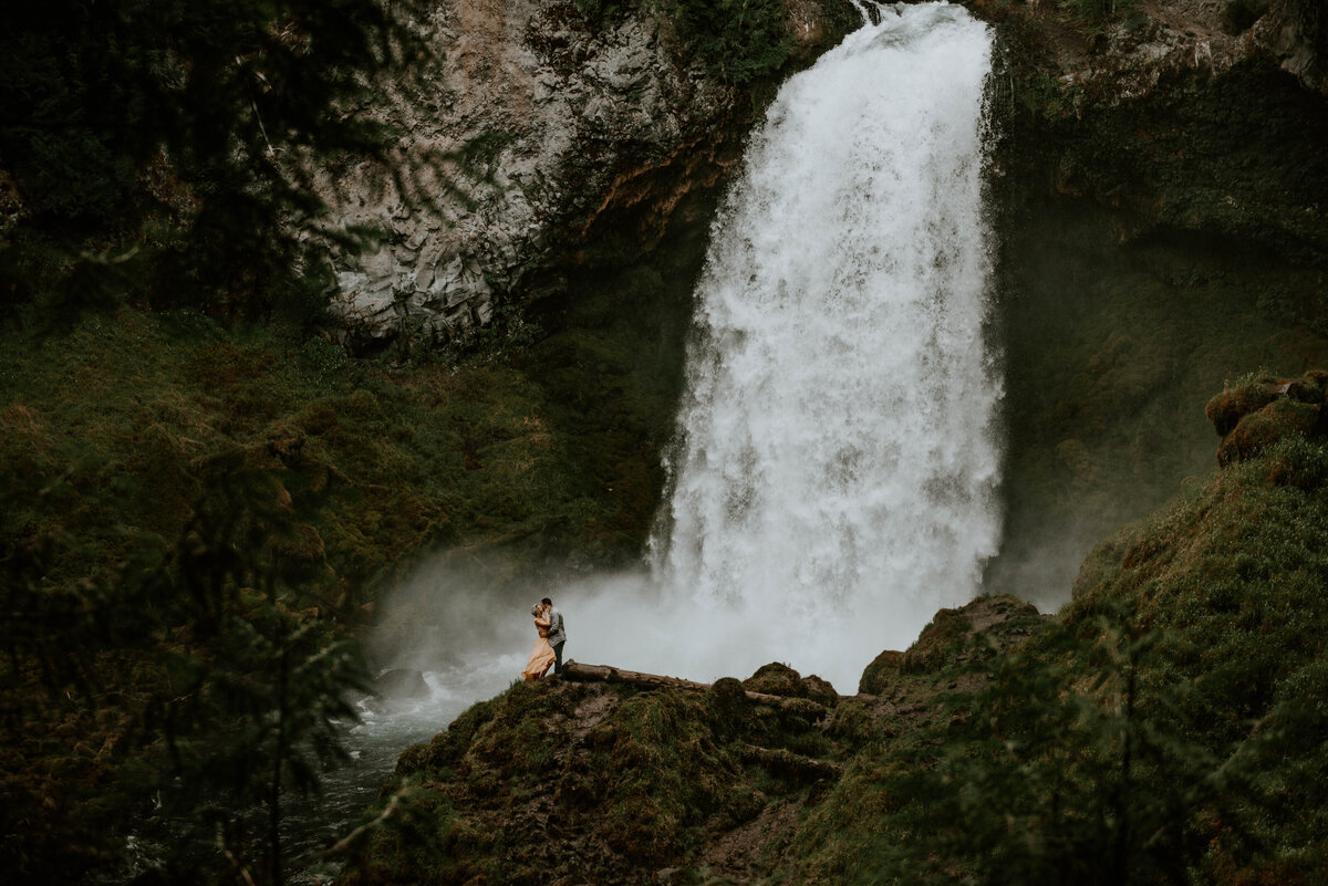 sahalie-falls-oregon-engagement-elopement-photographer-central-waterfall-bend-forest-old-growth-7272