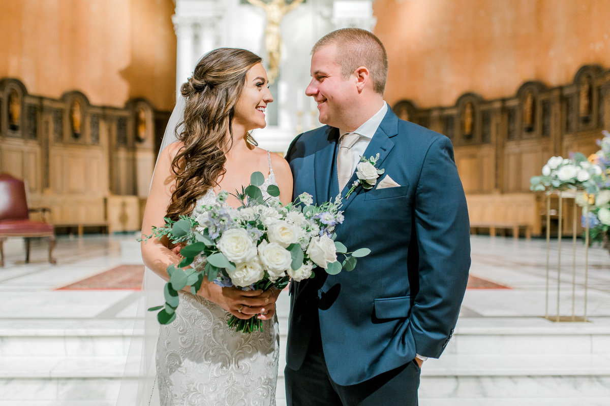omaha wedding planner and florist downtown Slowdown wedding blue and white by Lindsay Elizabeth Events75