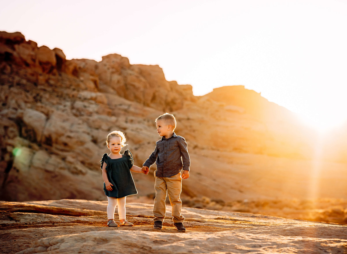 siblings-golden-hour-valley-of-fire