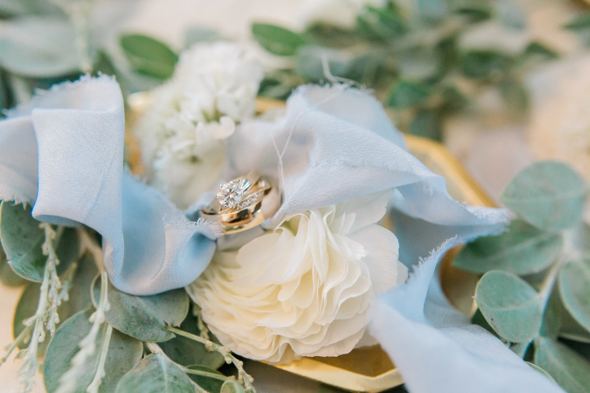 omaha wedding planner and florist downtown Slowdown wedding blue and white by Lindsay Elizabeth Events62