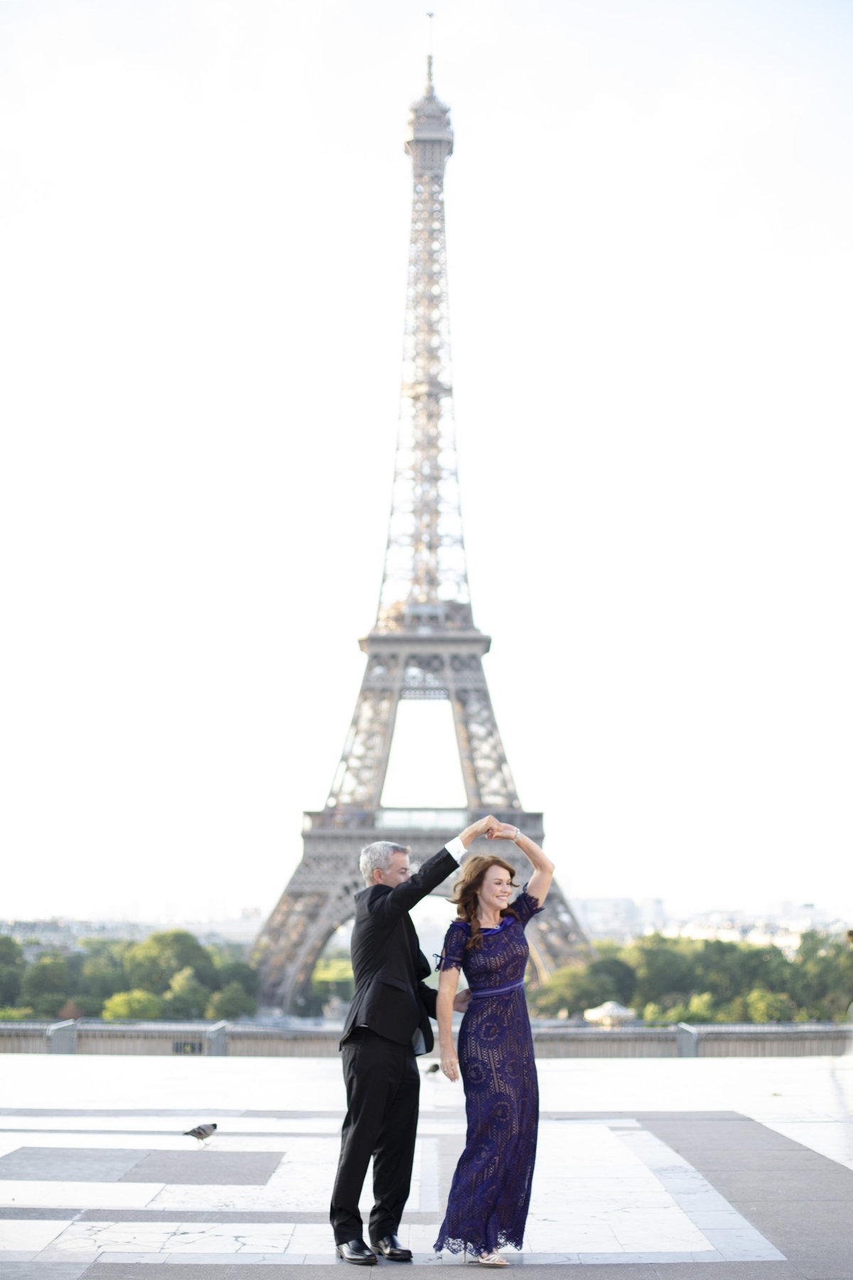 Couple celebrates their love in front of Eiffel Tower 55