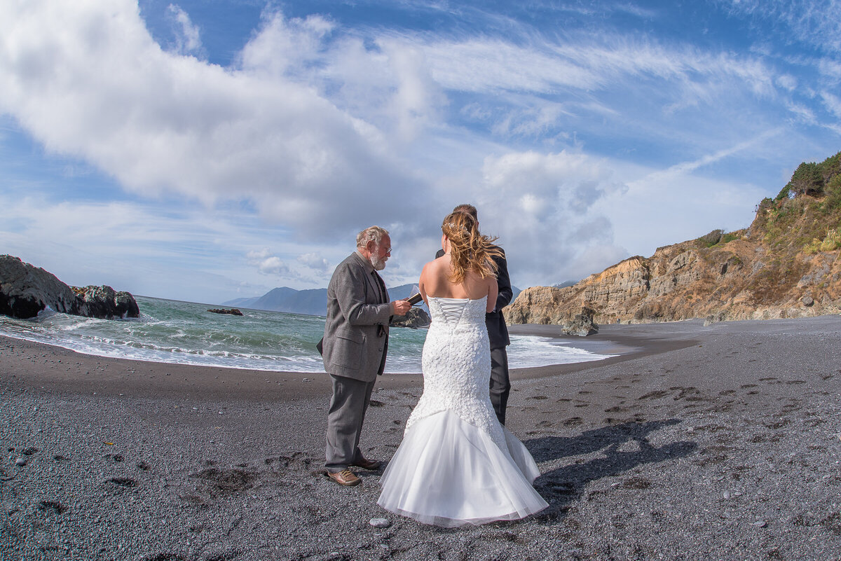 Shelter-Cove-Black-Sannds-Beach-photographer-adventure-elopement-intimate-destination-wedding-nor-cal-beach-elopement-2