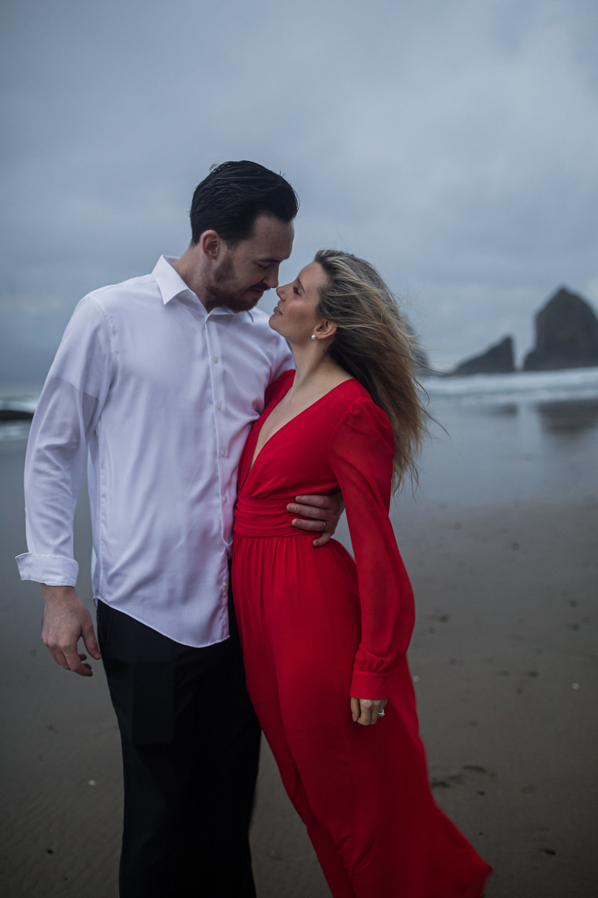 Oregon-oceanside-elopement-couples-photography-session-beach_(22_of_27)