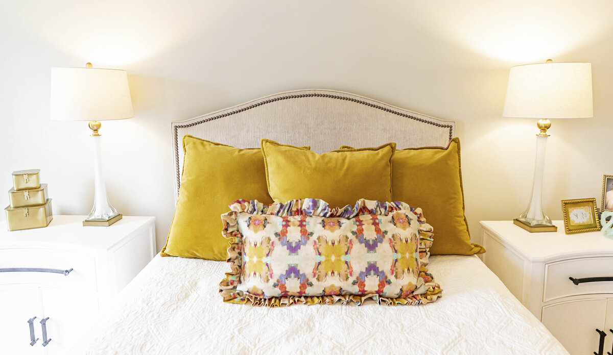 colorful-mustard-accent-pillows-bedroom-moda2