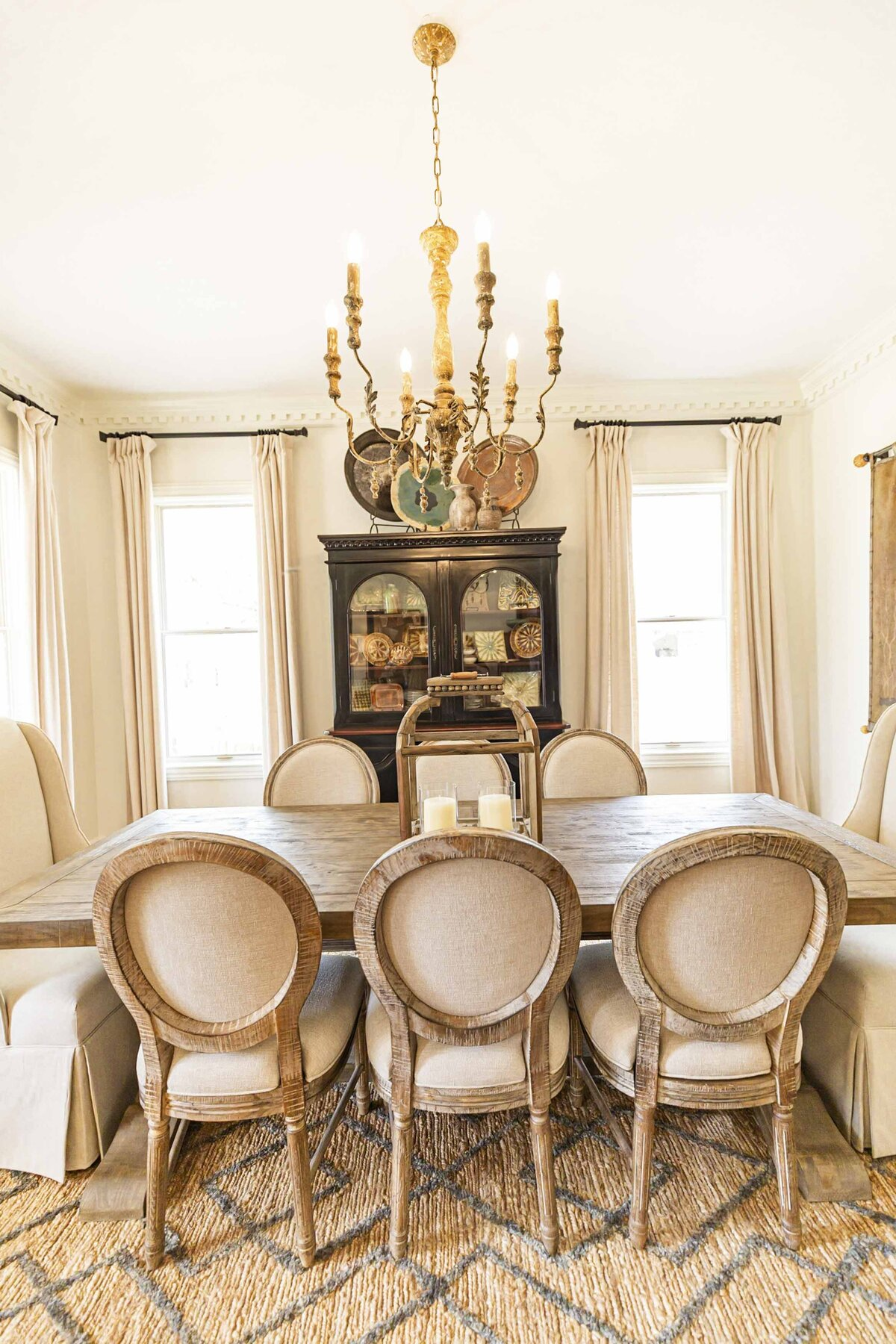 bright-dining-room-decor-textures-character-crown-molding21