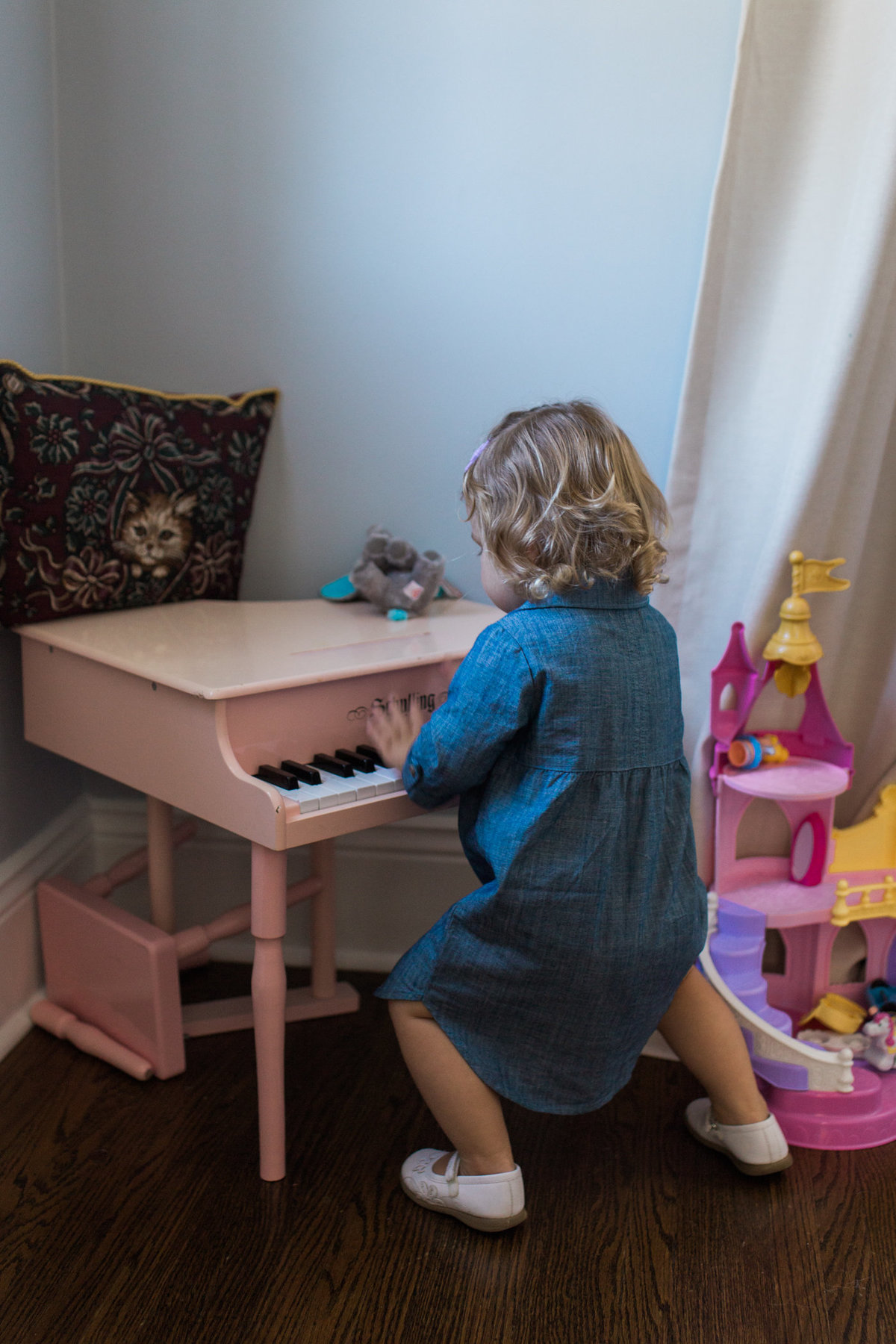 Little girl playing piano during lifestyle family session with Jennifer Blaak Photography