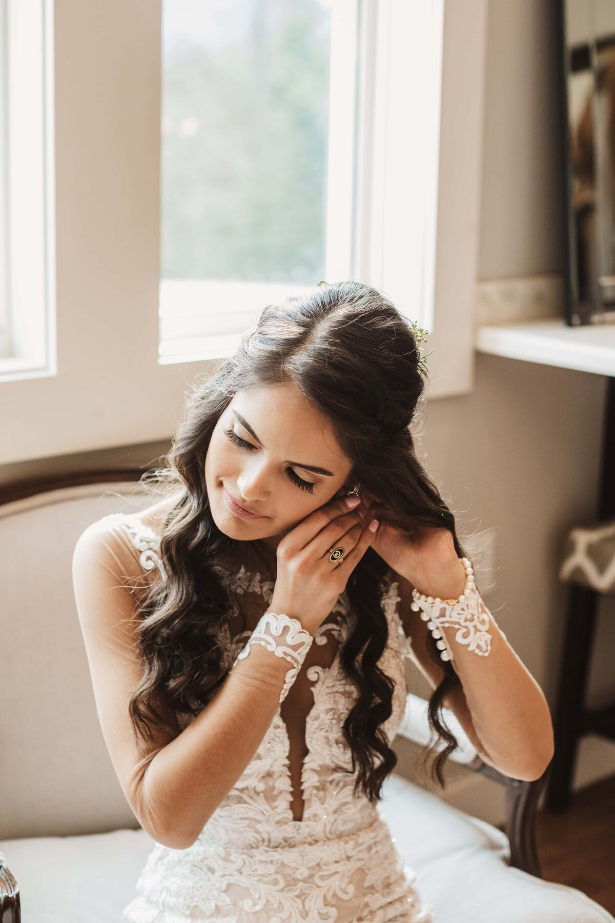 bride-putting-on-jewelry