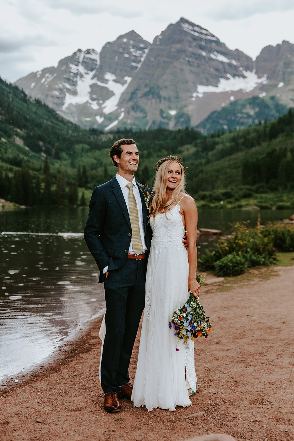 boho hippie couple in front of Maroon Bells in Aspen Colorado