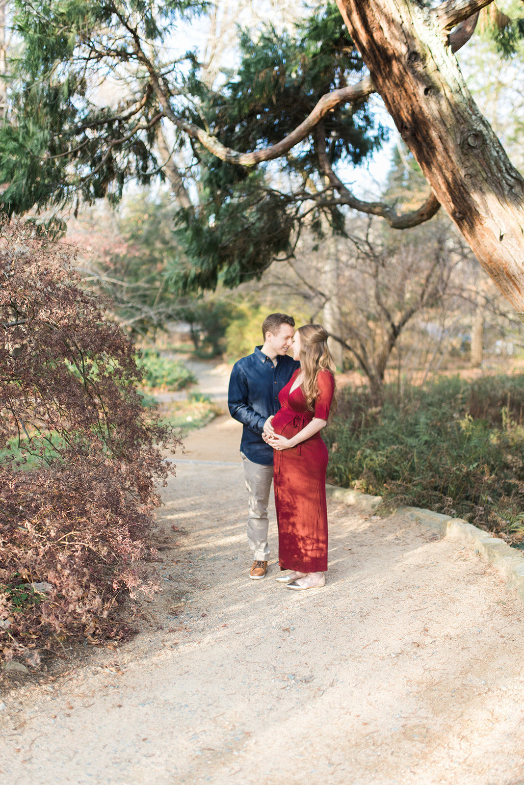 pregnant couple at unc arboretum