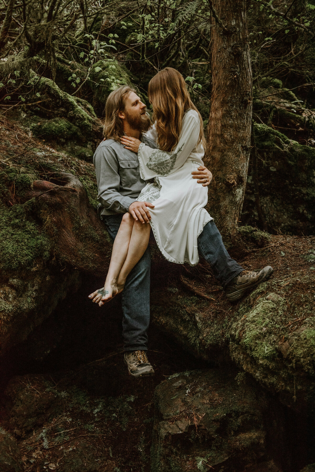 sahalie-falls-summer-oregon-photoshoot-adventure-photographer-bend-couple-forest-outfits-elopement-wedding8252