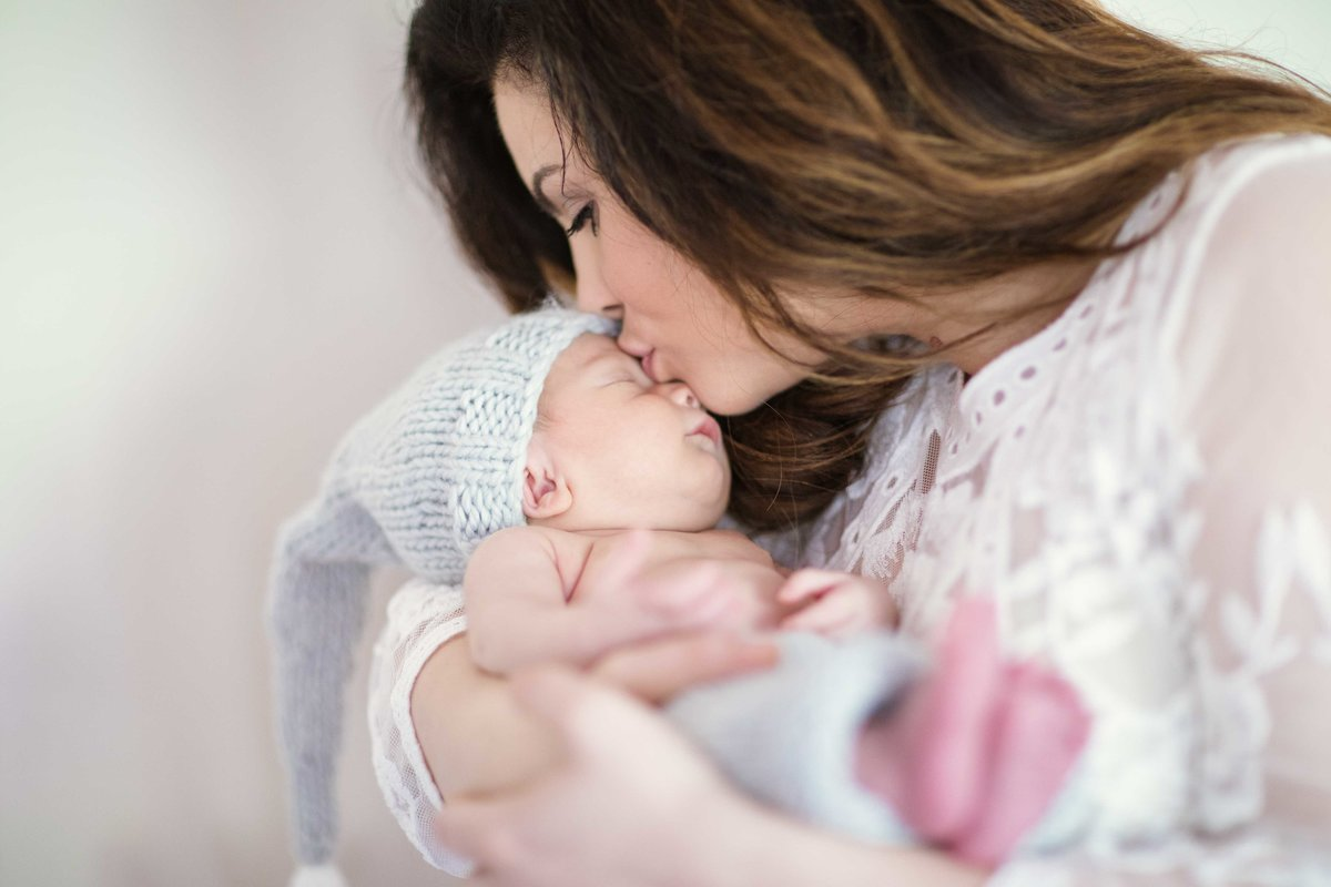 21 mom kissing baby lifestyle newborn photography ct
