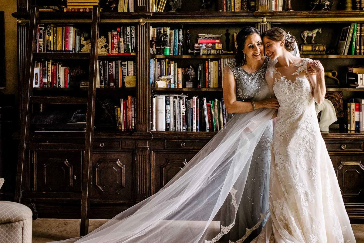 bride and her mom hugging  in el paso texas by stephane lemaire photography