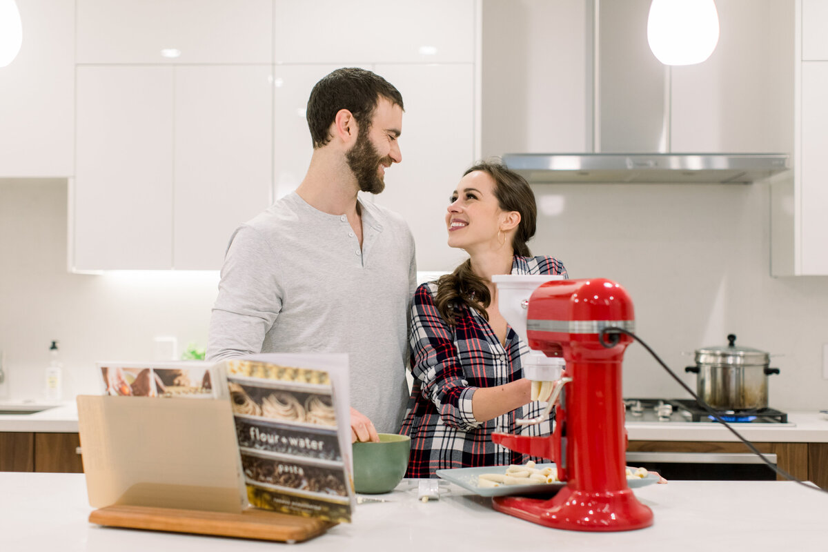 San-Francisco-at-home-pasta-making-engagement-session-012