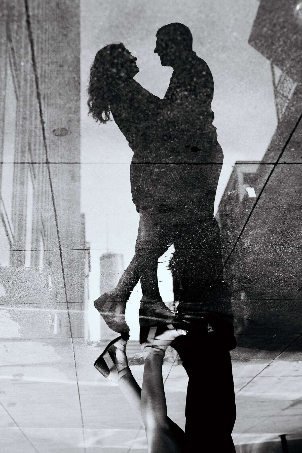 chicago-couple-puddle-reflection-black-and-white