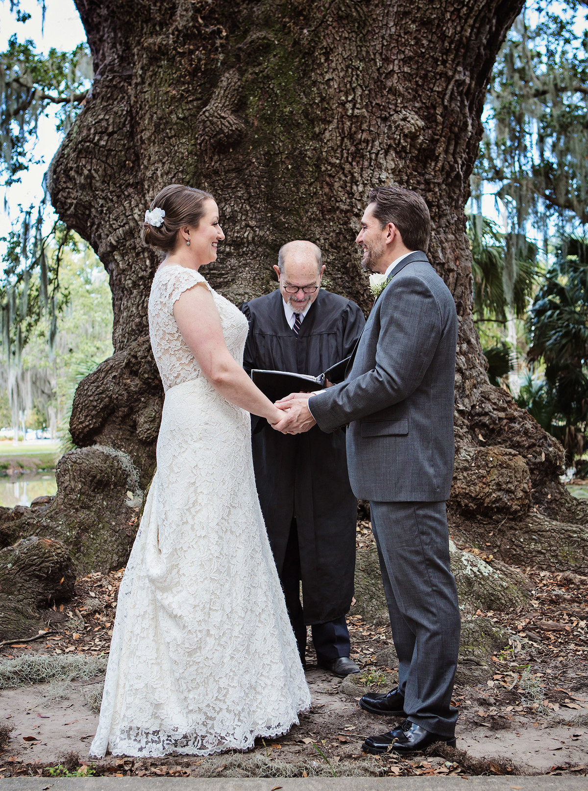 wedding-under-the-trees-in-city-park