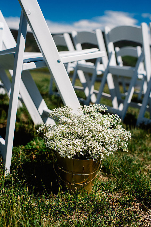Strawberry-Creek-Ranch-Modern-Minimalist-Outdoor-wedding-in-Granby-Colorado-Flowers-in-pew