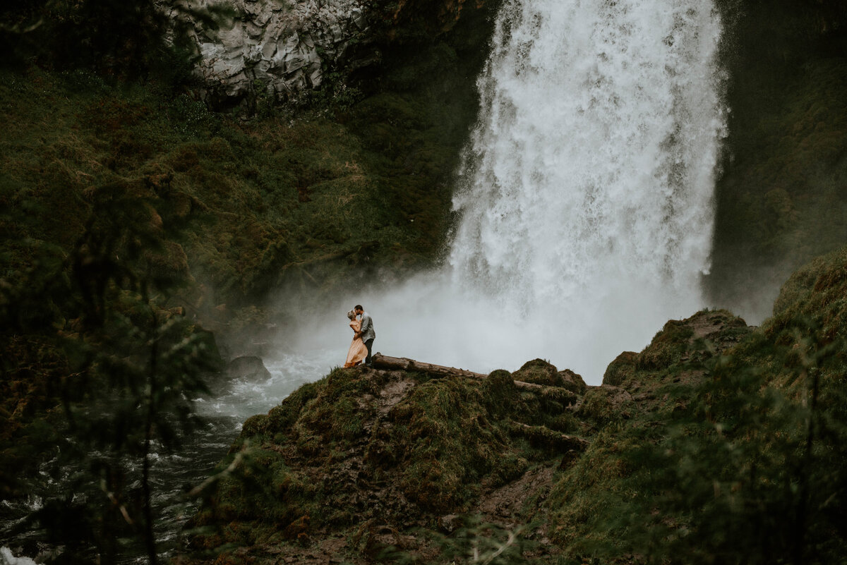 sahalie-falls-oregon-engagement-elopement-photographer-central-waterfall-bend-forest-old-growth-7277
