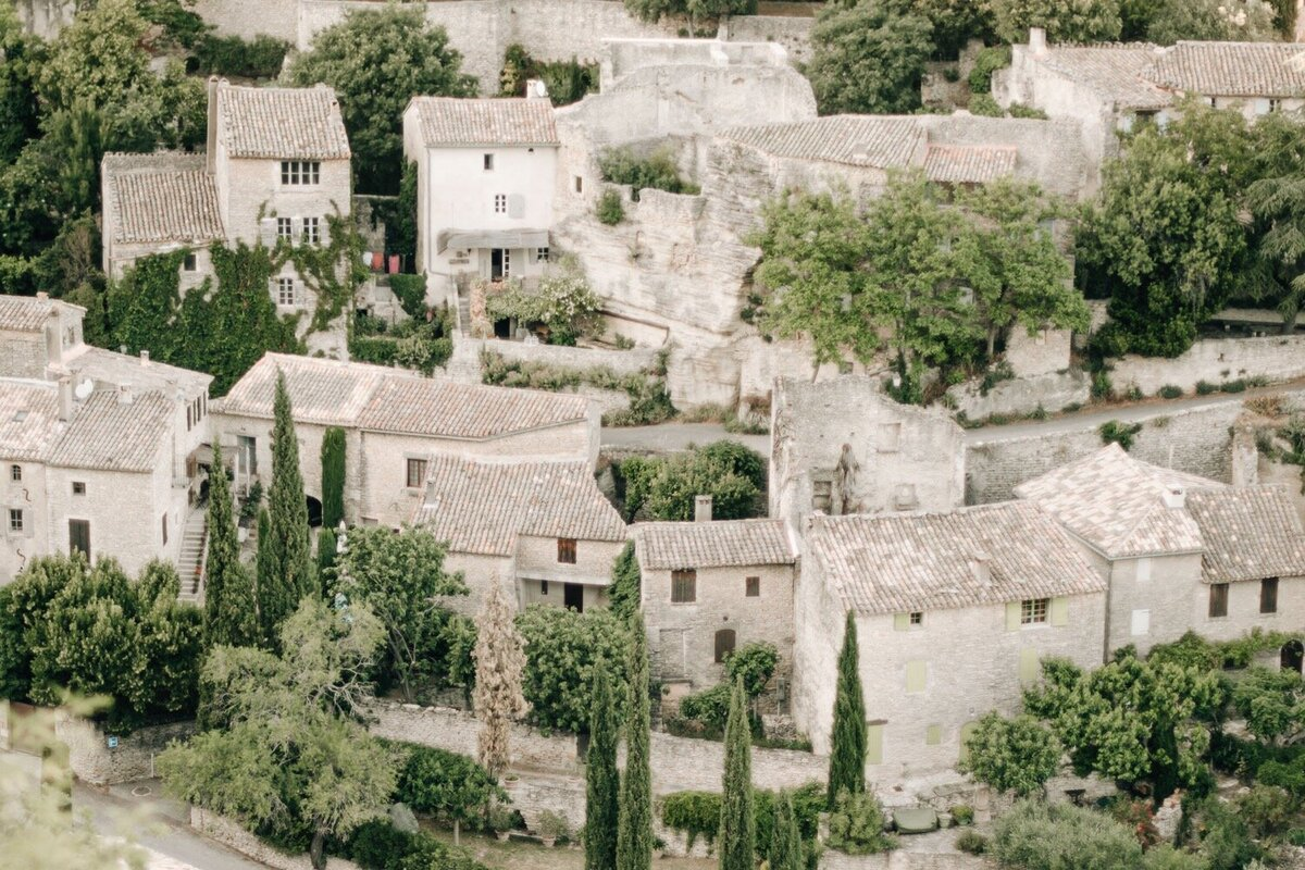 21_Bastide_de_Gordes_Luxury_Wedding_Photographer (1 von 1)-110_Flora and Grace is a luxury wedding photographer in France. Discover their fine art wedding photography at La Bastide de Gordes in Provence.