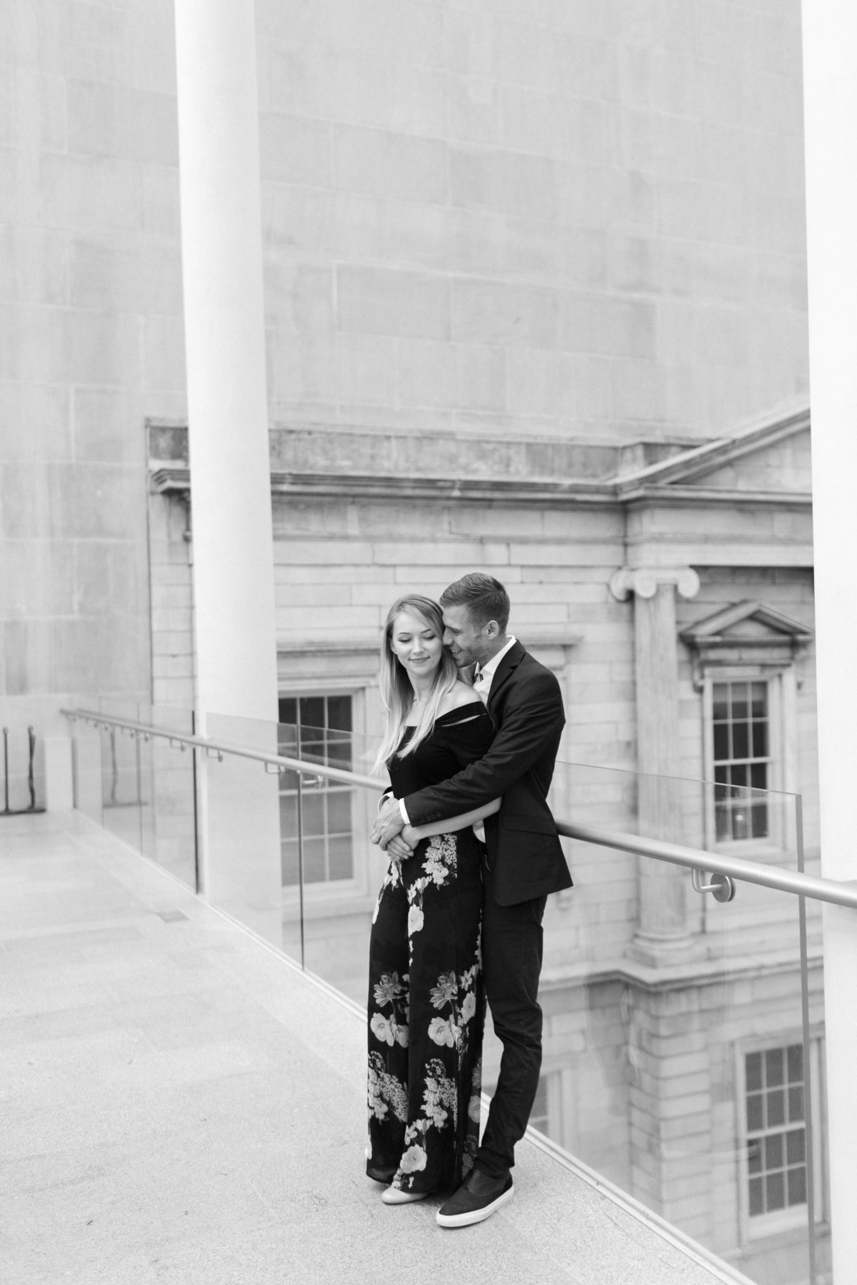Metropolitan Museum - New York -couples session-couple embracing -black and white shot- natural light