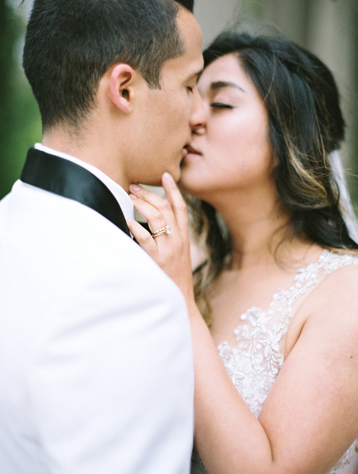 daniel-and-bethany-weddings-close-up-kiss