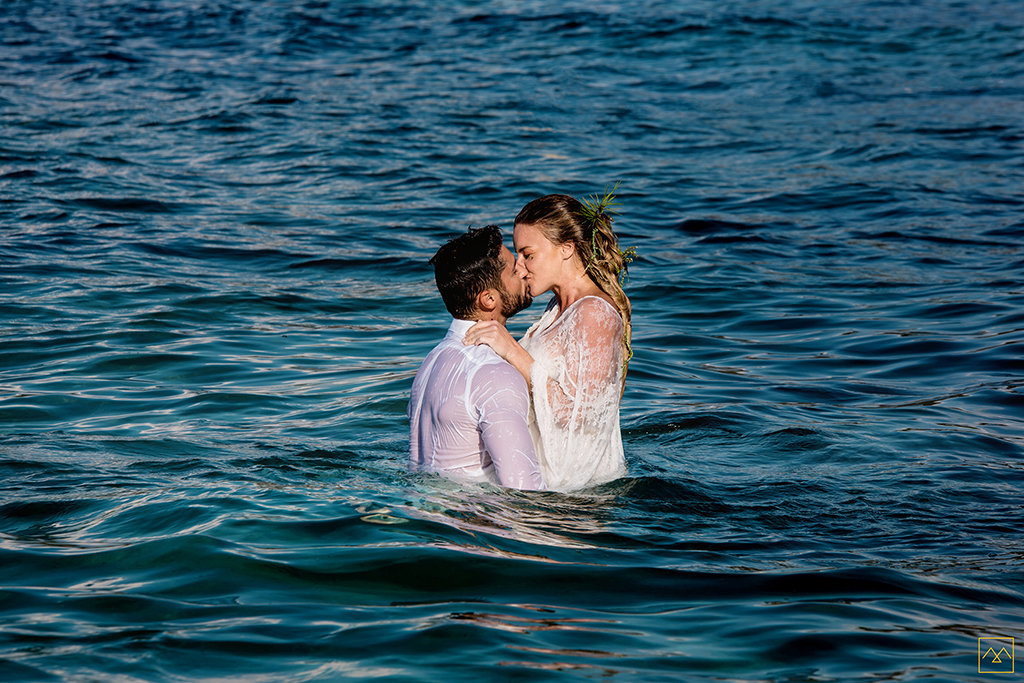 Amedezal-wedding-photographe-inspiration-Formentera-robe-Gervy-surmon31-alliances-Antipodes-MonTrucenBulle-PauletteDerive-kiss-in-the-water