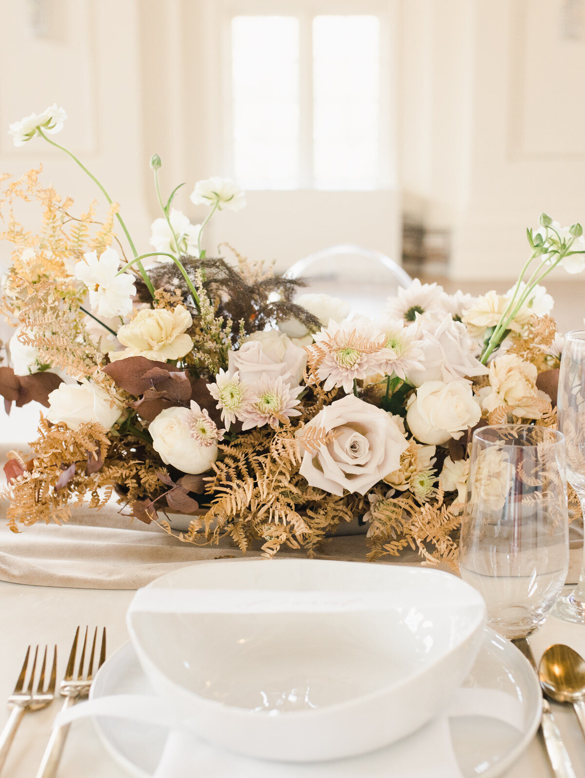 neutral-flowers-wedding-tablescapep