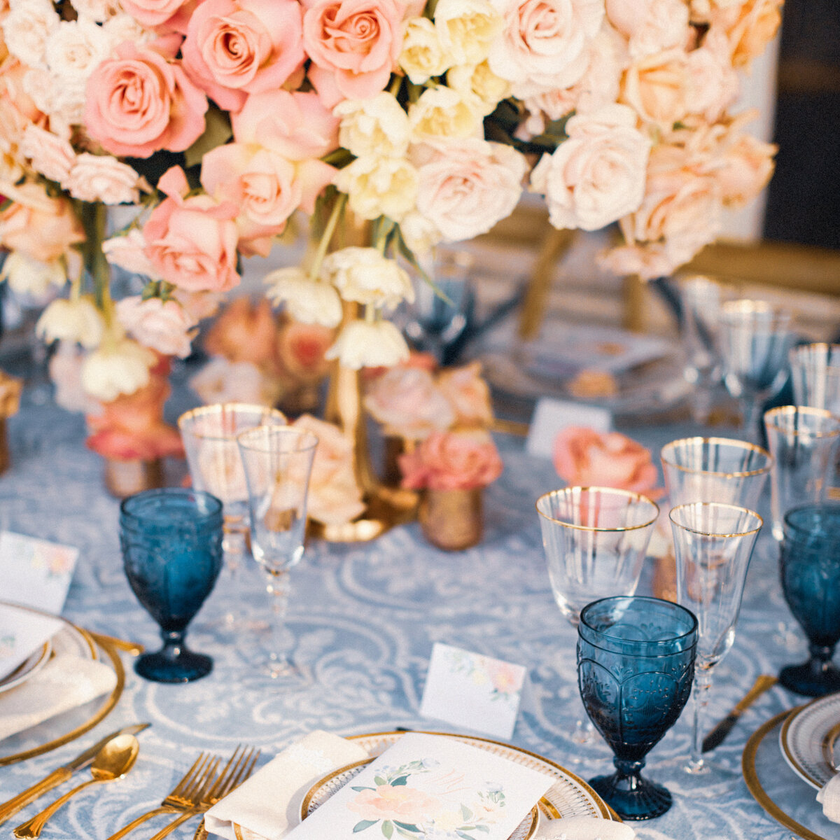 roses-glasses-table-wedding