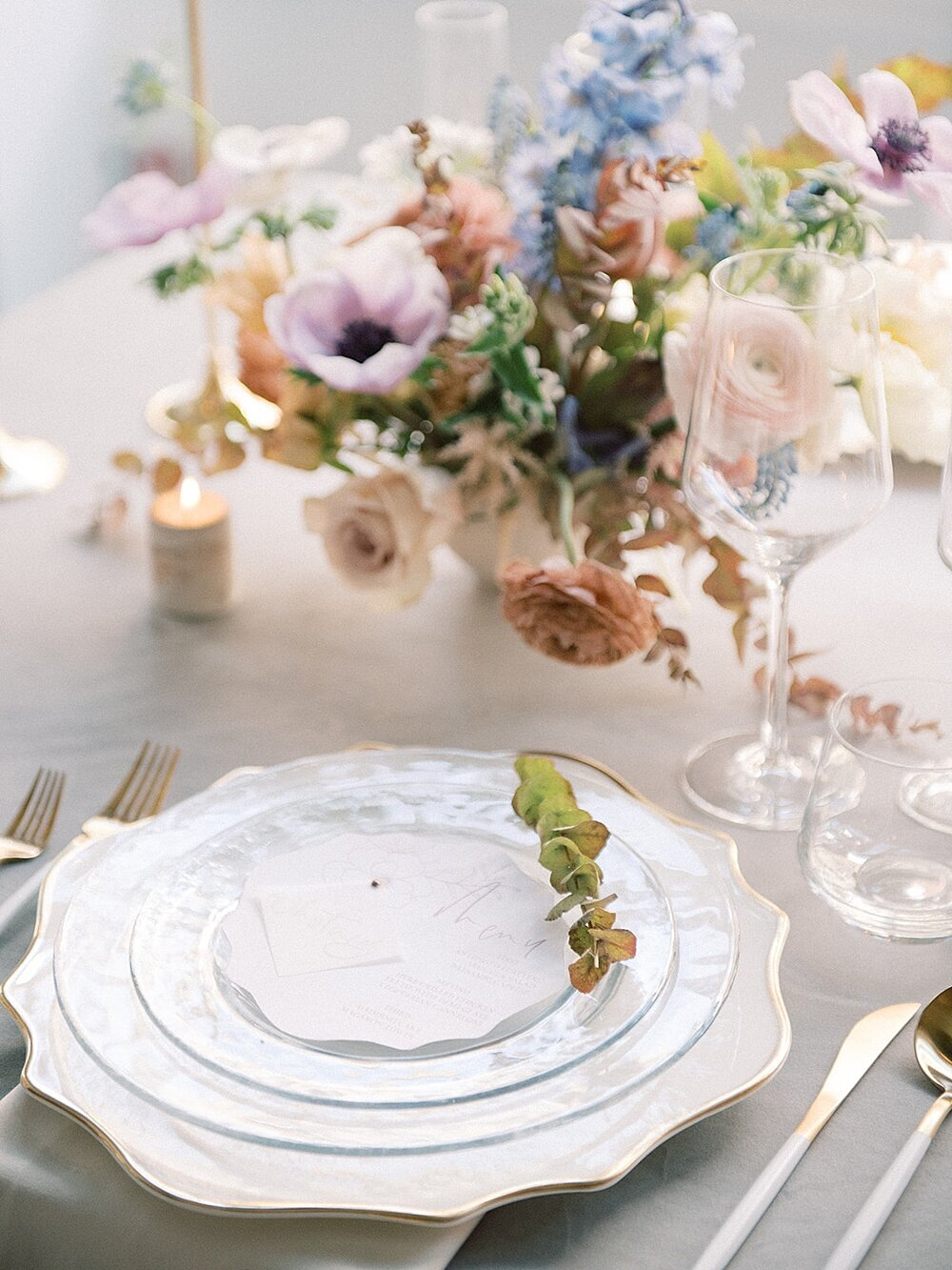 Modern-love-event-leigh-and-mitchell-gold-and-white-modern-flatware