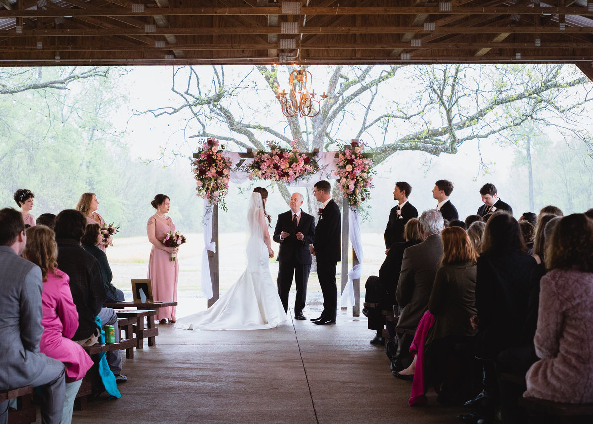 raining wedding ceremony in Roland, Arkansas / Angel McVay Photography