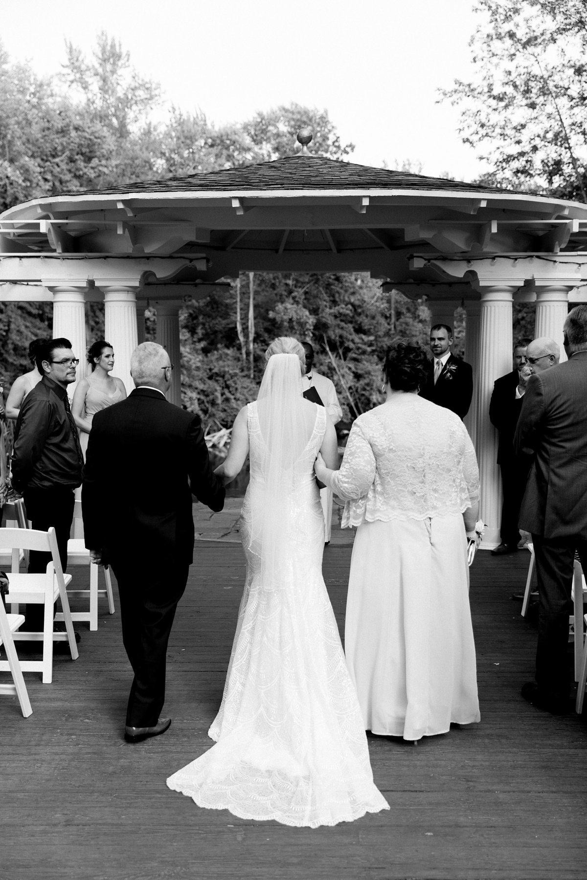 Julie-Barry-English-Inn-Summer-Garden-Wedding-Michigan-Breanne-Rochelle-Photography56