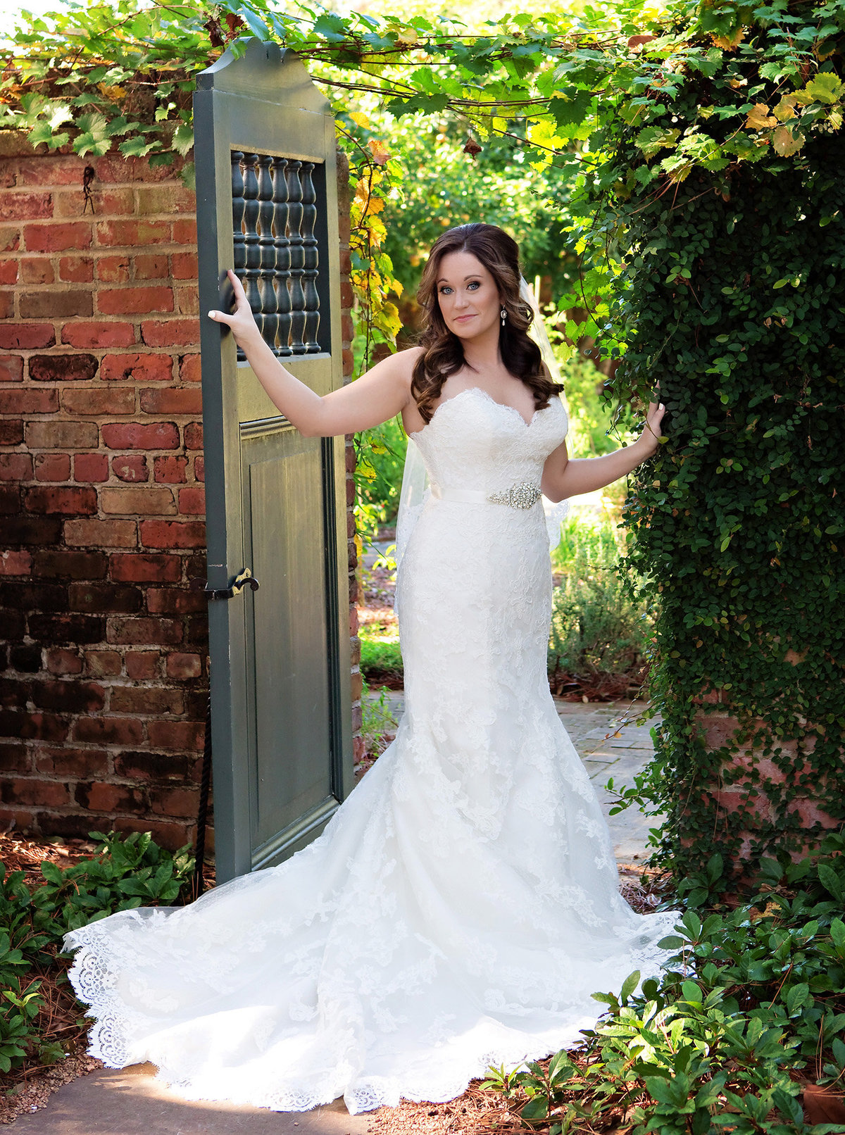 bridal portrait in courtyard of Longue Vue House and Gardens