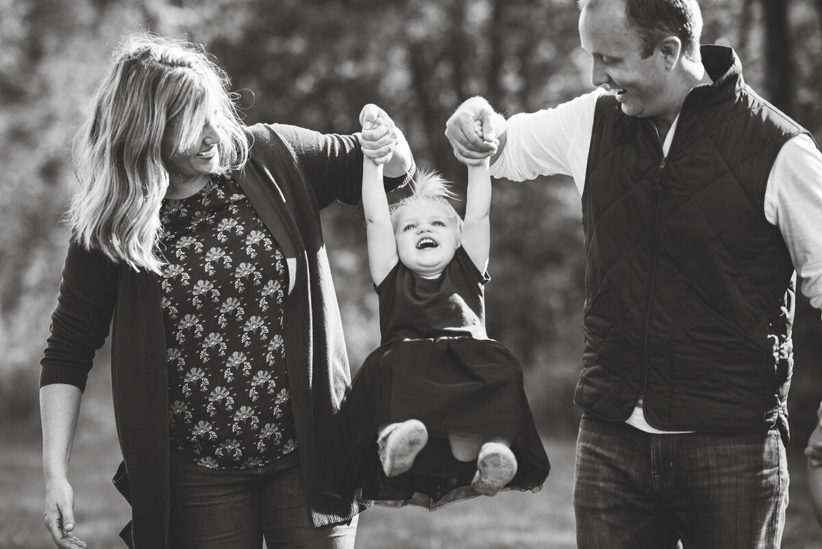 Des-Moines-Iowa-Family-Photographer-Theresa-Schumacher-Photography-Fall-Kids-Swinging-Photo