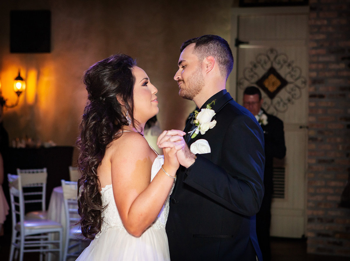 bride-and-groom-dance-fleur-de-lis-event-center
