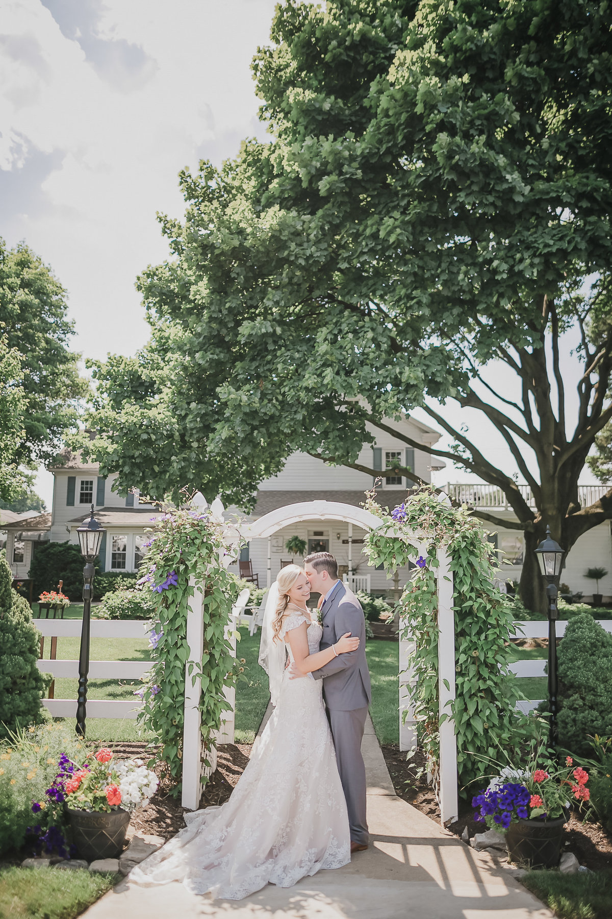 romantic-kiss-stoltzfus-homestead