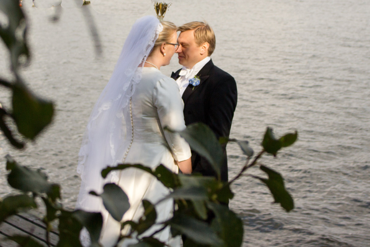 weddingcouple by the water