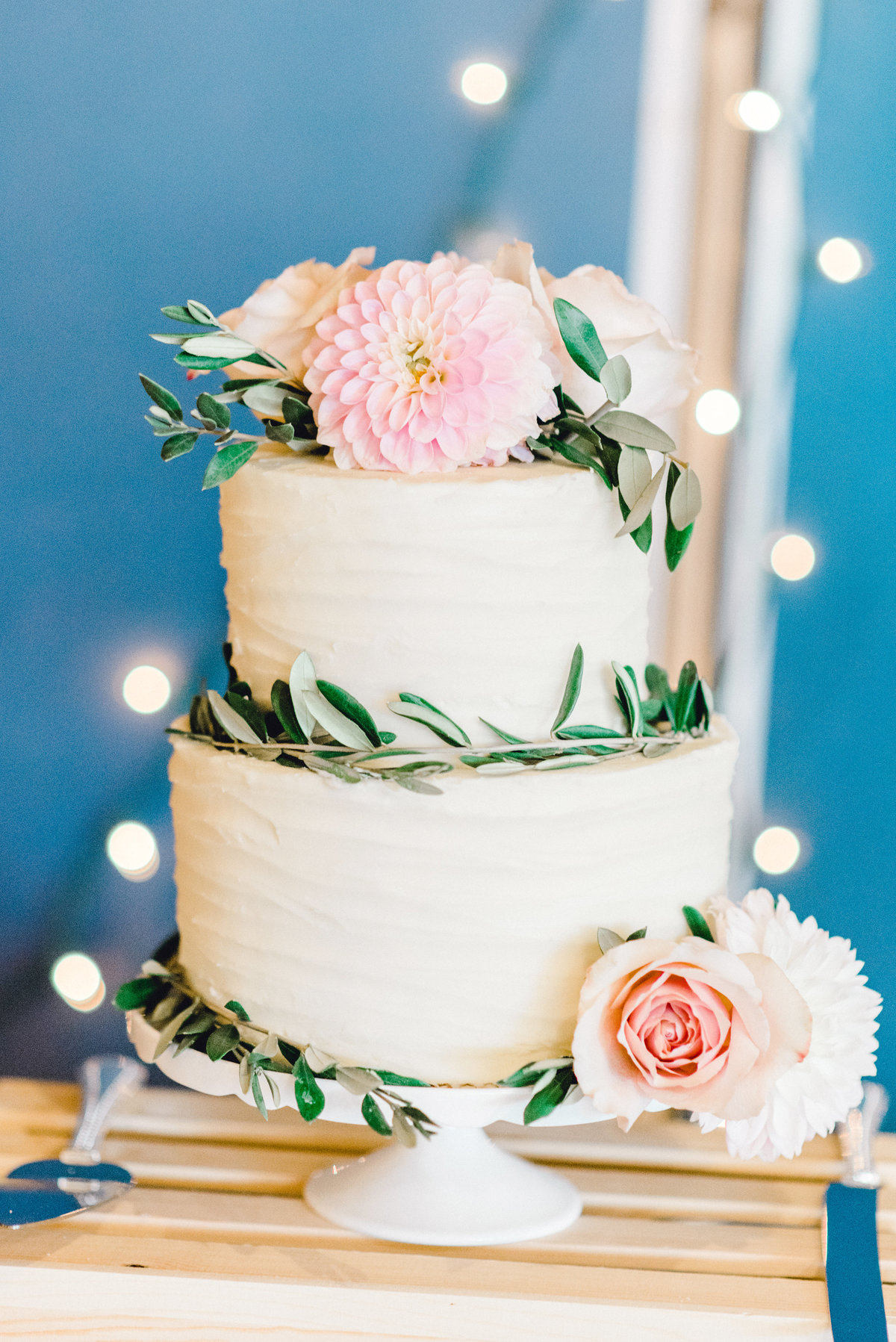 beautiful wedding cake in des moines