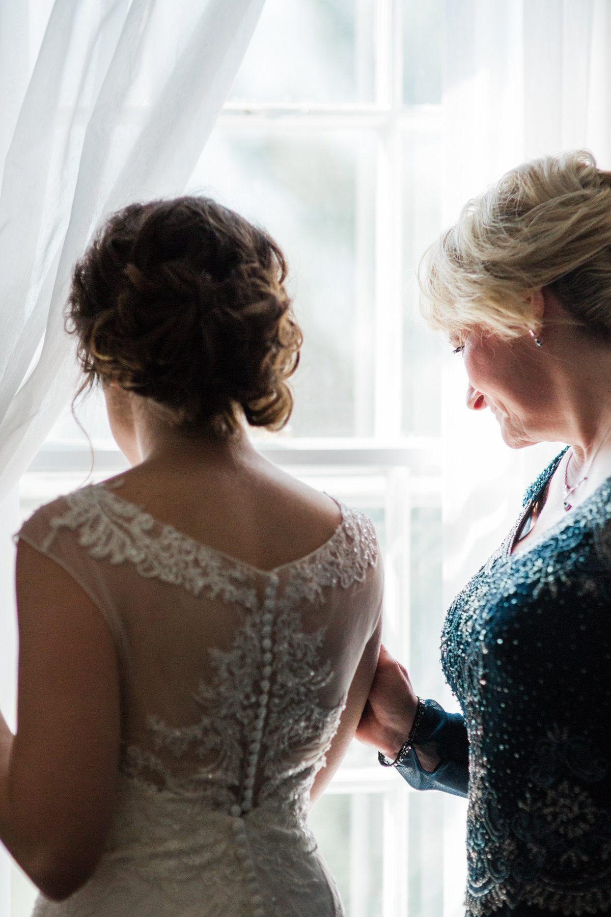 Bride getting ready with her mom at the General Sutter Inn - By Maria Silva Goyo Photography
