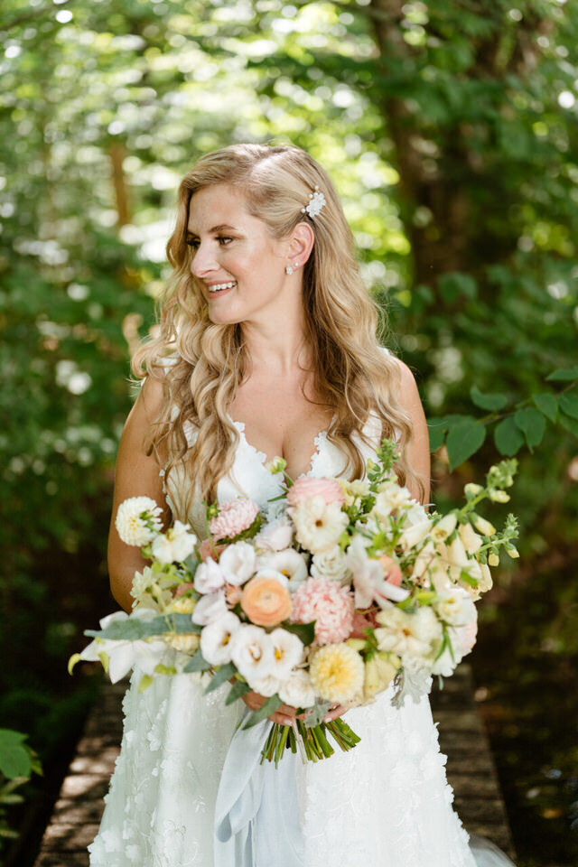 Catskills-Wedding-Planner-Foxfire-Mountain-House-Wedding-Canvas-Weddings-bridal-style-bouquet